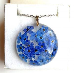 Cvetlični nakit - ogrlica iz zdravju prijazne smole in pravih cvetov gozdne spominčice