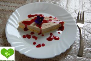Biskvit s kostanjevo kremo in malinovim prelivom