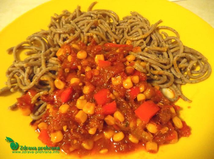 Konopljini špageti z zelenjavno omako